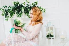 Piękna dziewczyna z białymi kwiatami w ręce w białej opatrunkowej todze Zdjęcie Royalty Free