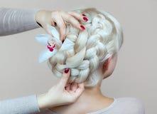 Piękna dziewczyna z blondynka włosy, fryzjer wyplata warkocza zakończenie w piękno salonie, Zdjęcie Royalty Free