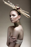 Piękna dziewczyna z brązową skórą, bladym makeup i niezwykłymi akcesoriami, Sztuki piękna wizerunek Piękno Twarz Obrazy Royalty Free