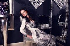 Piękna dziewczyna z czarni włosy w luksusowym wnętrzu fotografia stock