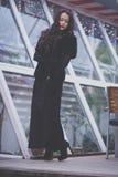 Piękna dziewczyna z czerwoną pomadką i tęsk piękny włosy Zdjęcie Royalty Free