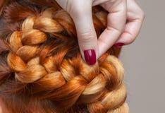 Piękna dziewczyna z czerwonym włosy, fryzjer wyplata warkocza zakończenie w piękno salonie, Obrazy Royalty Free