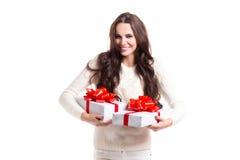 Piękna dziewczyna z długie włosy mienia dwa prezenta pudełkami Fotografia Royalty Free