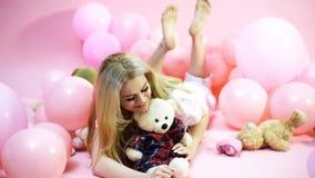Piękna dziewczyna z długie włosy pozować z balonami Partyjny nastr?j ?wi?towania poj?cia odosobniony biel Seksowna dziewczyna z d zdjęcie wideo