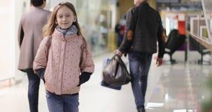 Piękna dziewczyna z długie włosy spacerami w nowożytnym centrum handlowym zdjęcie wideo