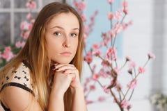 Piękna dziewczyna z długie włosy w kwiecenie ogródzie fotografia stock