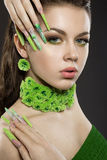 Piękna dziewczyna z długiej zieleni bri i paznokciami Obraz Stock