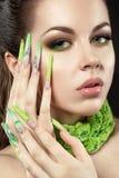 Piękna dziewczyna z długiej zieleni bri i paznokciami Zdjęcia Stock