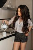 Piękna dziewczyna z długim czarnym kędzierzawym włosy w zdjęcia stock