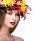 Piękna dziewczyna z jaskrawym jesień wiankiem Fotografia Royalty Free