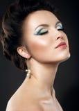 Piękna dziewczyna z jaskrawym makeup i wieczór włosy Obraz Stock