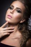 Piękna dziewczyna z jaskrawym makijażem, perfect skórą i fryzurą jako warkocz, Zdjęcie Stock