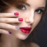 Piękna dziewczyna z jaskrawym wieczór makijażem i manicure z rhinestones Gwoździa projekt Piękno Twarz Obraz Royalty Free