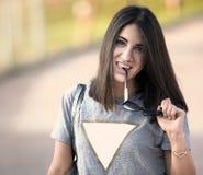 Piękna dziewczyna z jej okularami przeciwsłonecznymi w ona ręka obrazy stock