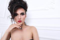 Piękna dziewczyna z kędzierzawej fryzury perfect manicure'em i makijażem Obraz Stock