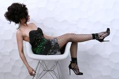 Piękna dziewczyna z kędzierzawej fryzury perfect manicure'em i makijażem Fotografia Stock