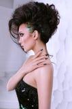 Piękna dziewczyna z kędzierzawej fryzury perfect manicure'em i makijażem Obrazy Royalty Free