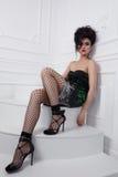 Piękna dziewczyna z kędzierzawej fryzury perfect manicure'em i makijażem Fotografia Royalty Free