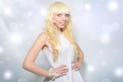Piękna dziewczyna z kędzierzawym włosy zdjęcia royalty free