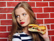 Piękna dziewczyna z kanapką obrazy royalty free
