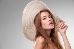 Piękna dziewczyna z kapeluszem pozuje w studiu Fotografia Stock