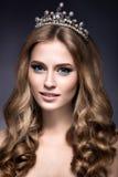 Piękna dziewczyna z koroną w postaci princess zdjęcia royalty free