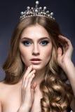 Piękna dziewczyna z koroną w postaci princess zdjęcia stock