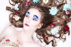 Piękna dziewczyna z kreatywnie makijażem i fryzura z kwiatami Zdjęcie Royalty Free