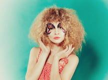 Piękna dziewczyna z kreatywnie uzupełniał jak motyl Kobieta w polki kropce obrazy stock