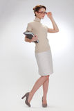Piękna dziewczyna z książkami i być ubranym szkłami zdjęcia royalty free