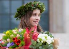 Piękna dziewczyna z kwiatami kończącymi studia Obrazy Royalty Free