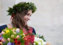 Piękna dziewczyna z kwiatami kończącymi studia Obraz Royalty Free