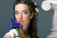 Piękna dziewczyna z kwiatami w wizerunku antyczna bogini fotografia royalty free