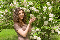 Piękna dziewczyna z kwiatem w parku Zdjęcia Royalty Free