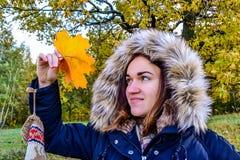 Piękna dziewczyna z liściem klonowym Fotografia Stock