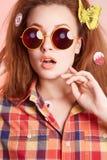 Piękna dziewczyna z motylem w włosy Obraz Stock