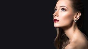 Piękna dziewczyna z perfect skórą, ciemnymi wargami, i obrazy royalty free