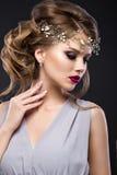 Piękna dziewczyna z perfect skórą, evening makijaż, ślubną fryzurę i akcesoria, Piękno Twarz Fotografia Royalty Free