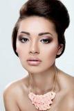Piękna dziewczyna z perfect skórą i wieczór robimy Obraz Royalty Free