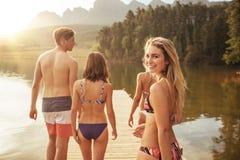 Piękna dziewczyna z przyjaciółmi i odprowadzenie na jetty obraz stock