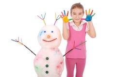 Piękna dziewczyna z rękami w farba koloru pobliskim bałwanie z barwionymi rogami i rękami Obrazy Royalty Free