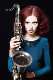 Piękna dziewczyna z saxophon fotografia stock