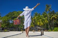 Piękna dziewczyna z starą rocznik walizką w plaży Zdjęcie Royalty Free