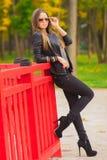 Piękna dziewczyna z szkłami w parku Zdjęcia Royalty Free