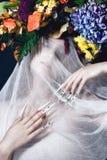 Piękna dziewczyna z sztuka makijażem, kwiaty i projektów gwoździe, robimy manikiur Piękno Twarz Obrazy Stock