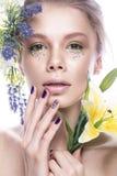 Piękna dziewczyna z sztuka makijażem, kwiaty i projektów gwoździe, robimy manikiur Piękno Twarz Zdjęcie Stock