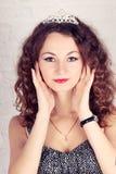 Piękna dziewczyna z tiarą obraz stock