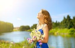 Piękna dziewczyna z wiązką rumianki Fotografia Royalty Free