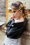 Piękna dziewczyna z wiankiem róże i ciernie z pięknym włosy, makeup skórzaną kurtką w, dymiącą i czarną kołysa styl Zdjęcia Royalty Free