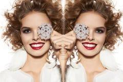 Piękna dziewczyna z wieczór makeup uśmiechem bierze cristal płatek śniegu Zdjęcie Stock
